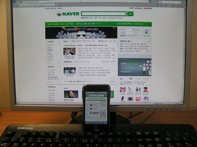 네이버 홈피 화면 비교 - PC의 19인치 와이드 LCD 대 아이팟 터치 by Ara