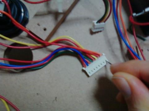모듈 커넷터를 드라이버로 눌러서 선을 뺸다.