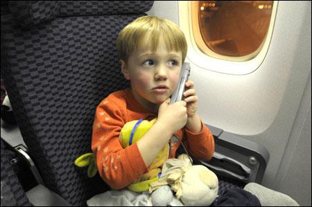 애들에겐 장시간 항공여행은 괴로움 뿐..